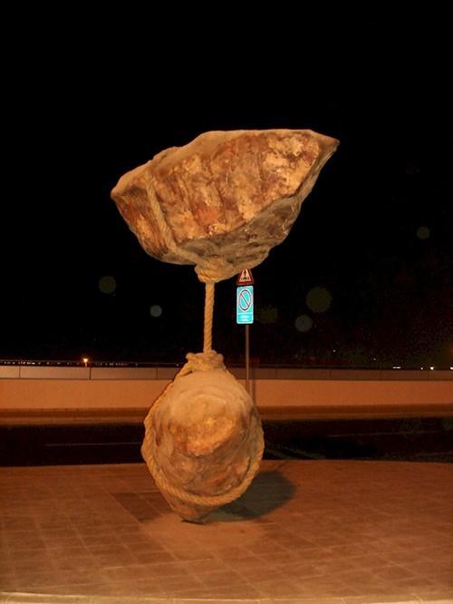 Banyak seniman di dunia ini yang menciptakan karya seni menakjubkan. Tidak terkecuali seniman yang menciptakan patung dua batu yang melayang seperti melawan gravitasi bumi.