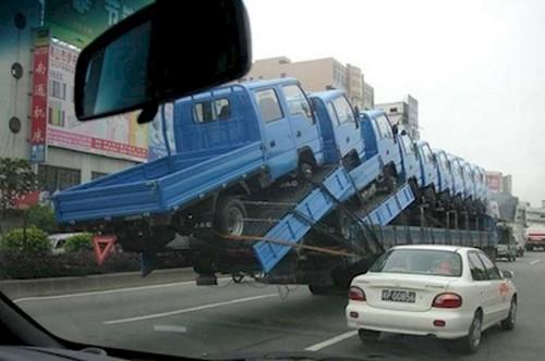 Biasanya nih, pabrik mobil mengirim barang yang diproduksinya dengan menggunakan truk dengan ukuran besar. Sebenarnya sama saja dengan gambar ini Pulsker, cuma hebatnya pada gambar ini terlihat truk yang sedang mengirim beberapa mobil pickup yang disusun rapi dan seimbang. Semoga selamat sampai tujuan deh!