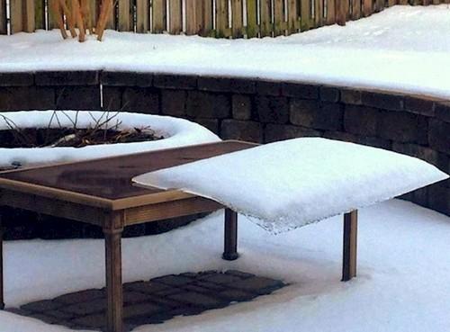Terlihat pada foto dibawah joka salju berbentuk kotak ini bisa bertahan tidak jatuh maupun mencair. Padahal letaknya terlihat tidak seimbang.