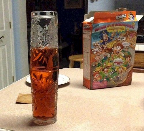 Hayo, jadi mikir kan kenapa teh pada kedua gelas dibawah bisa nggak tumpah. Coba dirumah deh Pulsker!
