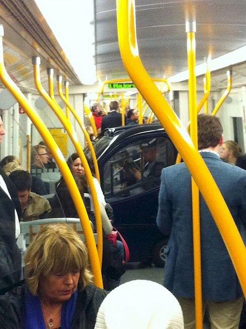 Terakhir nih, mungkin kereta bawah tanah ini begitu luas ruangannya sehingga ada mobil lengkap dengan penumpangnya sedang menaiki kereta bawah tanah.
