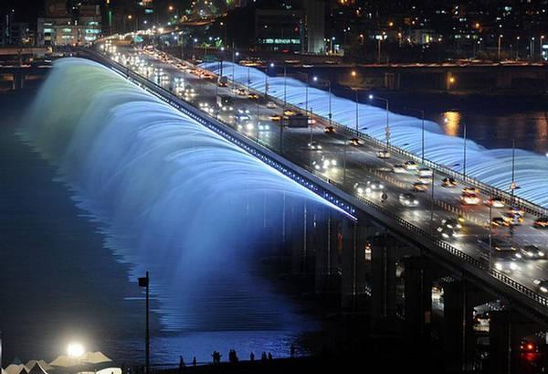 Korea Selatan jembatan air mancur yang menyala.
