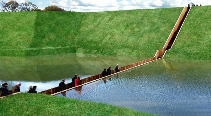 Belanda Jembatan yang membelah danau kecil yang airnya tenang. Unik banget kan?