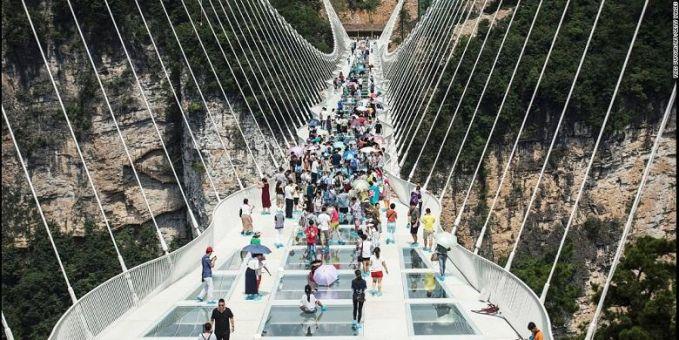 Cina Jembatannya kaca tuh, bikin kaki merinding kalau lewat jembatan itu.