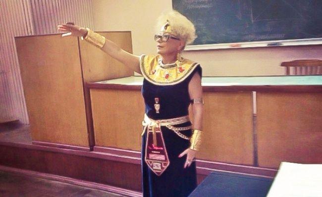 Dari cara berpakaiannya rasanya kita sudah mengetahui jika wanita ini adalah seorang guru sejarah. Dengan totalitas yang tinggi, dia mengajar dengan menggunakan baju kerajaan jaman dulu.