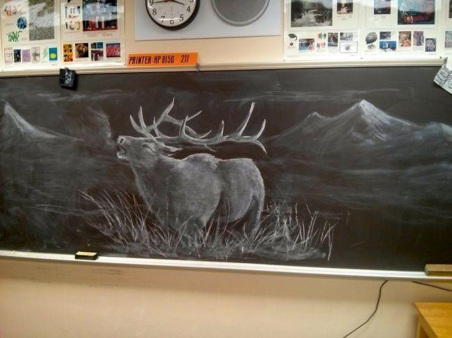 Lain guru sejarah, lain pula guru kesenian. Seorang guru seni berhasil membuat siswanya terpukau dengan lukisan yang terbuat dari kapur putih pada papan tulis. Lukisan itu memperlihatkan rusa yang gagah. WOW!