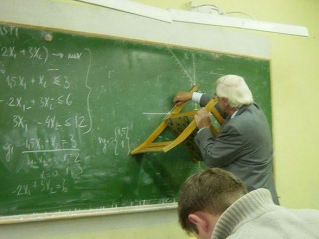 Ini baru yang namanya guru profesional yang menggunakan pepatah tak ada rotan, akarpun jadi. Sepertinya guru matematika ini tdak menemukan penggaris saat mengajar. Tidak kehabisan akal, guru ini pun menggunakan kursi untuk menggaris pada papan tulis.