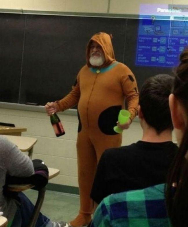 Seorang guru berkata pada siswa dikelasnya bahwa jika mereka semua bisa memperoleh nilai bagus saat ujian, dia akan menggunakan pakaian layaknya Scooby Doo dan membawa champagne non-alcohol untuk mereka. Dengan semangat, para siswa akhirnya bisa menyelesaikan ujian dengan nilai yang memuaskan. Dan sesuai perkataannya, guru itu menepati janji pada semua muridnya seperti pada foto dibawah ini. Saluttt!!!!