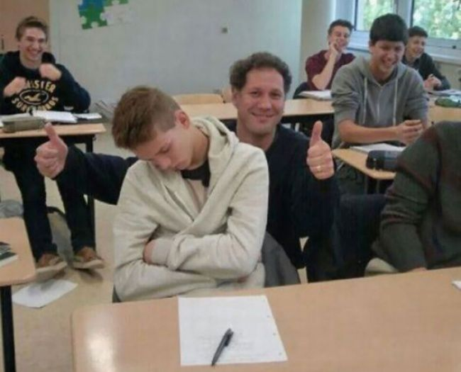 Jarang-jarang kita menemukan guru seperti ini Pulsker. Saat mengetahui siswanya sedang tertidur dikelas, dia sama sekali tidak membangunkan atau memarahinya. Dia tetap mengajar siswanya yang lain. Bahkan, dia sempat berfoto dengan siswa yang ketiduran itu.