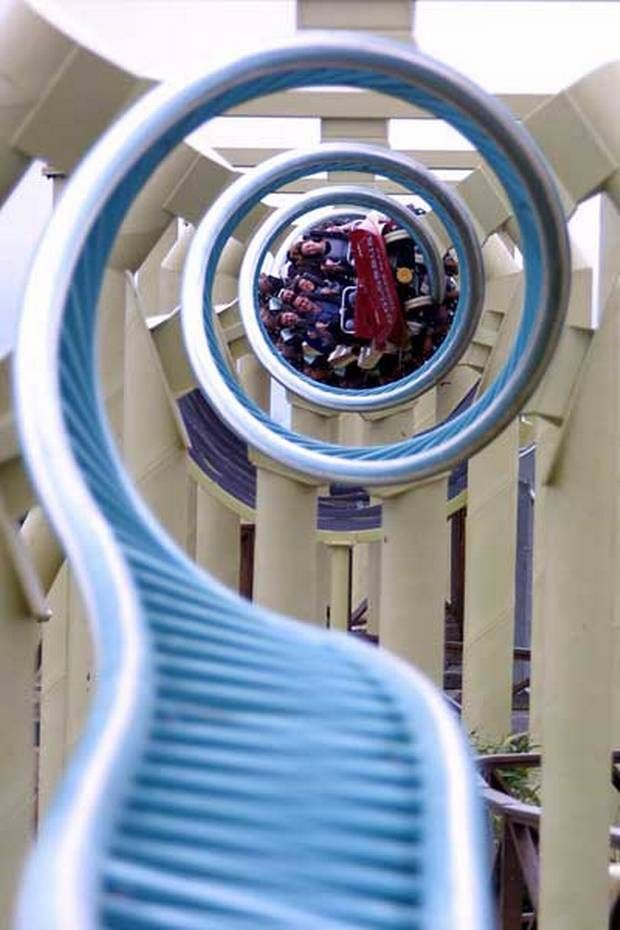 Colossus yang terletak di Thrope park, Surrey, Inggris, wahana Roller Coasters yang akan membuat kalian yang naik wahana ini diputar-putar seperti gangsing dengan kecepatan tinggi dengan memiliki ketinggian 30 meter.