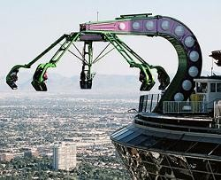 Insanity the Ride, Amerika Serikat Lebih tepatnya di Stratosphere Hotel and Casino, Las Vegas. Wahana yang terletak diketinggian 274 meter dan kalian akan diputar dengan kecepatan 60 km/jam.