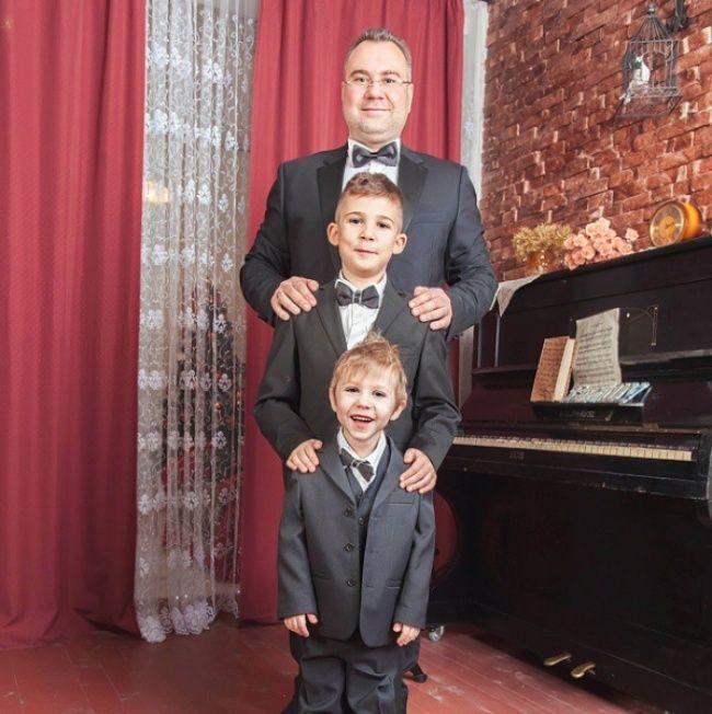 Tampak seorang ayah sedang berfoto dengan kedua jagoannya. Yang bisa kamu tiru disini adalah outfit yang mereka pakai dan sudut rumah yang terlihat lebih formal. Kamu juga bisa lho menggantinya dengan yang lebih casual Pulsker.