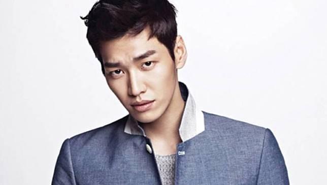 Kim Young Kwang Dulunya cowok ganteng ini adalah seorang model, tapi sekarang dia udah jadi aktor Korea yang terkenal karena kegantengannya Pulsker. Memiliki rahang seksi dan tingi badan 188 emang bikin para cewek teriak histeris. Udah pantes belum sih cowok ganteng ini kamu panggil Oppa Pulsker?