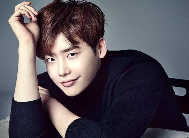 Lee Jong Suk Pemeran Kang Chul dari drama yang berjudul W ini juga menarik perhatian para cewek-cewek. Ya, termasuk kamu Pulsker. Nggak cuma itu aja, dia juga jago akting lho. Dinner bareng yuk Oppa!