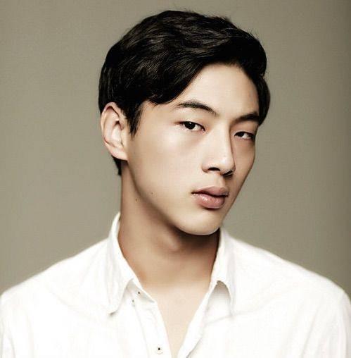 Kim Ji Soo Walaupun masih muda, tapi kegantengan aktor yang lebih akrab dipanggil JiSoo ini juga nggak luput dari perhatian kaum hawa. Pemeran drama Page Turner ini juga punya rahang yang seksi banget. Setuju kan kalau dia ganteng banget Pulsker?