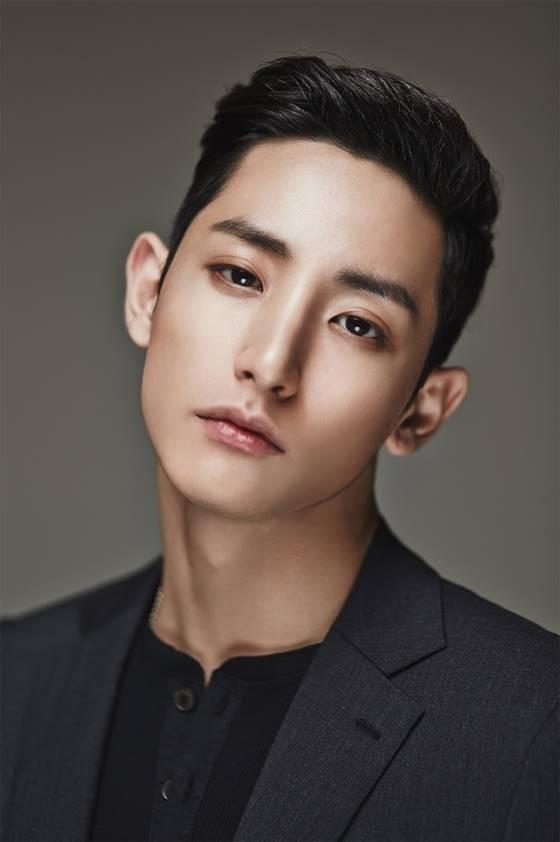 Lee Soo Hyuk Aktor yang punya tinggi badan 185cm ini udah nggak diragukan lagi aktingnya. Mengawali karir sebagai model dan sempat menjadi video clip 2NEI1 iHurtsI, kegantengannya emang bikin jatuh cinta Pulsker. Duh, apalagi denger suaranya, makin tambah kerennya.