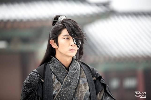 Lee Joon Gi Aktor yang lahir 17 April 1982 ini sering dipuji karena keseksian rahangnya yang bikin cewek jatuh hati. Terkenal lewat drama kolosal Saeguk yang dia perankan bareng IU yaitu Moon Lovers :Scarlet Heart Ryeo yang aktingnya bikin kita terpukau. Pengen nggak sih, sekali seumur hidup ketemu sama dia??
