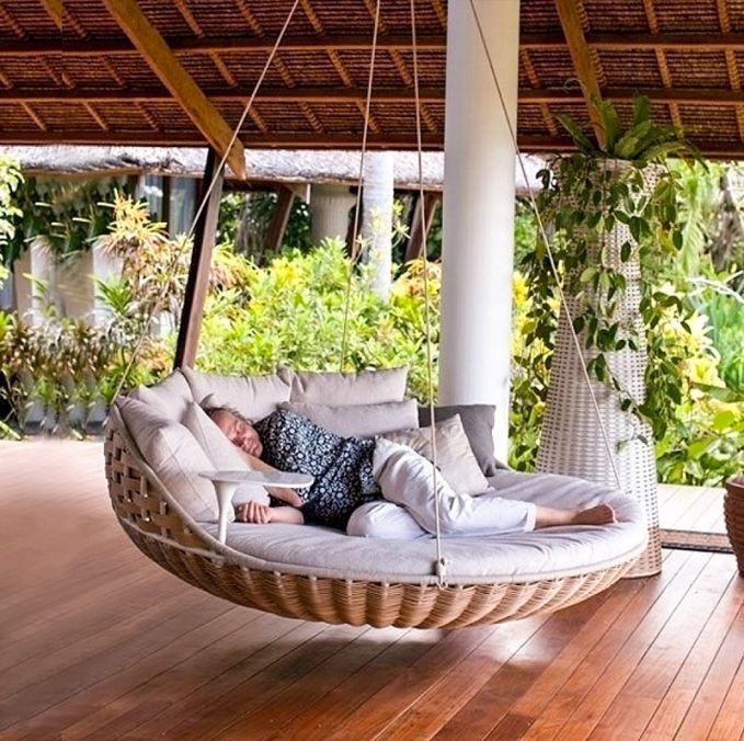 Tidur dengan suasana alam bebas akan memberikan kita sensasi berbeda. Kamu bisa membeli atau membuat tempat tidur gantung yang diletakkan di teras rumah seperti pada gambar dibawah ini. Nyaman banget kan Pulsker.