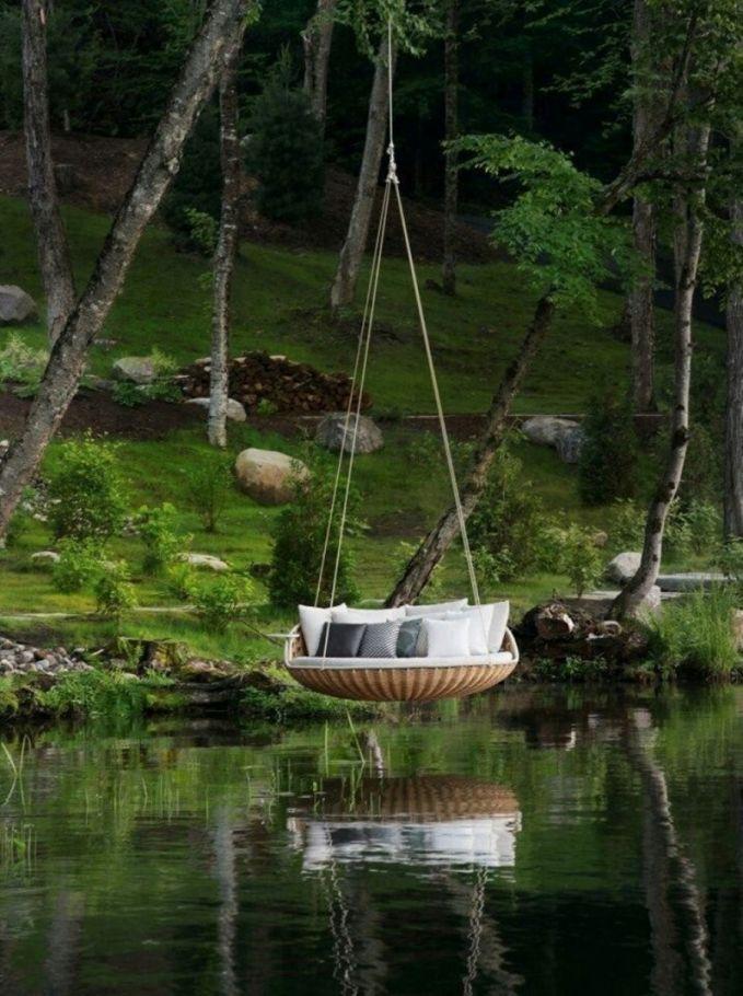 Selain tempat tidur melayang di ruang santai, kamu juga bisa membuat tempat tidur ayunan diatas kolam atau danau buatan dalam rumahmu. Seperti foto ini contohnya Pulsker. Adem banget kan?