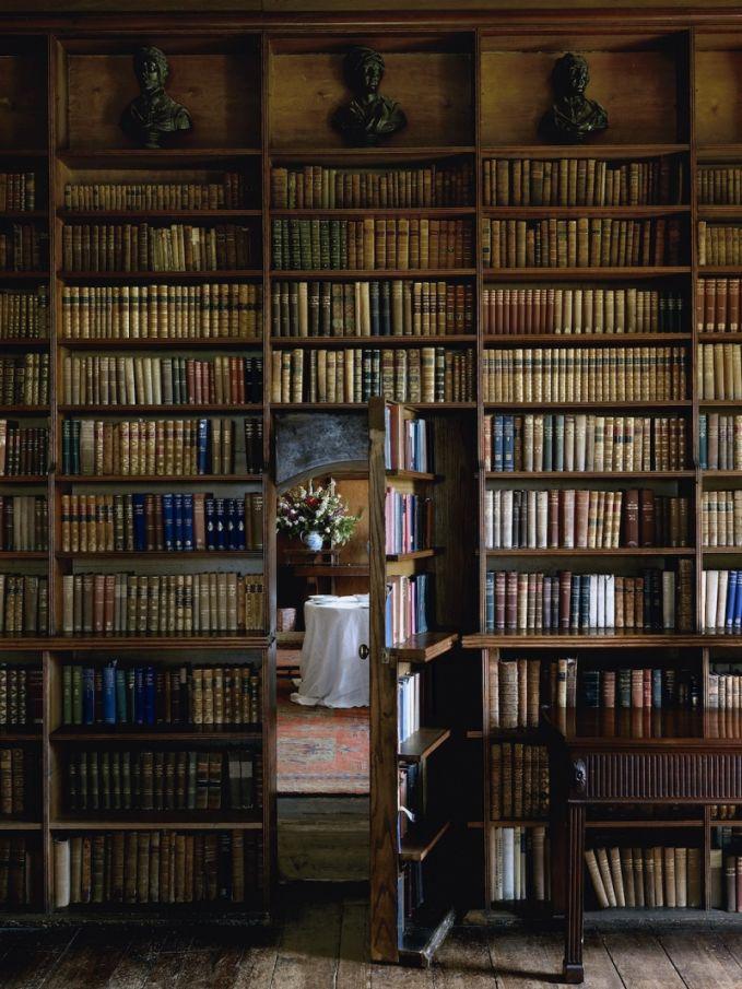 Nggak semua orang hobby membaca. Tapi buat mereka yang memiliki kegemaran ini, rumah dengan perputakaan adalah sebuah impian besar. Ada banyak film yang memperlihatkan perpustakaan dalam rumah yang di dalamnya ada pintu rahasia. Kalau itu benar-benar bisa terwujud, keren banget ya Pulsker. Seperti dibawah ini nih!