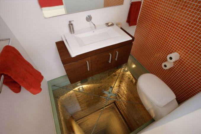 Ide yang ini cukup unik dan antimainstrim Pulsker, kamar mandi dengan lantai terowongan elevator. Bisa bayangin nggak sensasinya saat memakai toilet ini Pulsker?