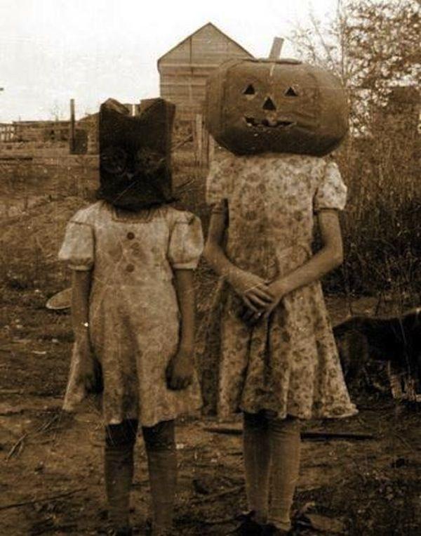 Sebenarnya ini hanyalah foto lawas dua orang gadis. Tapi anehnya mereka memakai topeng labu yang mengerikan. Berharap ini adalah foto Halloween jaman dulu ya Pulsker.