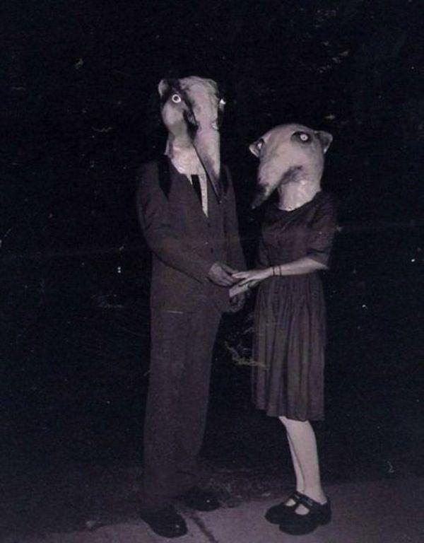 Selain foto anak yang memakai topeng labu diatas, ada juga foto sepasang kekasih mengenankan topeng binatang yang tidak bisa dijelaskan maksudnya. Foto prewedding kah?