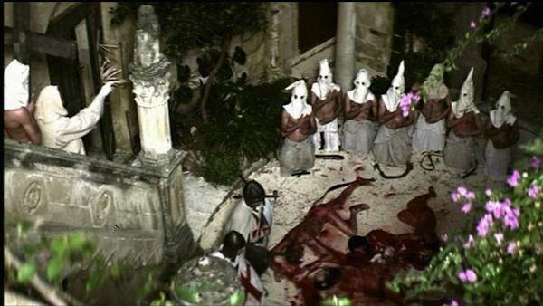 Tampak kumpulan orang-orang sedang memakai topeng wajah misterius sambil mengelilingi jasad manusia yang bersimbah darah. Kira-kira sekte apa ini? Dan ritual apa yang mereka lakukan? Ngeri banget!
