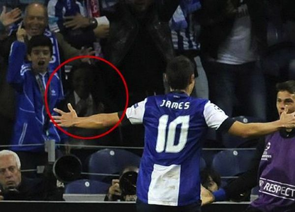 Ini adalah foto pertandingan sepak bola. Tapi anehnya ada salah satu penonton yang tertangkap kamera memiliki wajah yang gosong seperti terbakar. Siapa dia sebenarnya?