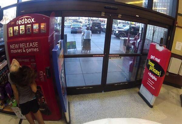 CCTV sebuah minimarket menangkap fenomena aneh didepan sebuah mesin ATM, yaitu tampak seorang wanita sedang menganggkat kepalanya keatas sampai terlihat seperti patah lehernya . Ngeri juga ya Pulsker?!