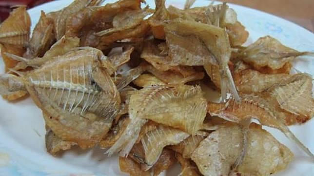 Ikan Asin Buat orang Indonesia yang doyan sambel, ikan asin adalah lauk pelengkap yang wajib hadir saat makan. Apalagi kalau makannya dengan berbagai lalapan segar dan nasi jagung, hemm..sangat menggugah selera Pulsker. Tapi karena baunya yang menyengat dan rasanya yang sangat dominan asin membuat para bule mengernyitkan dahi saat melihatnya. Mereka akan menghindari makanan ini Pulsker.