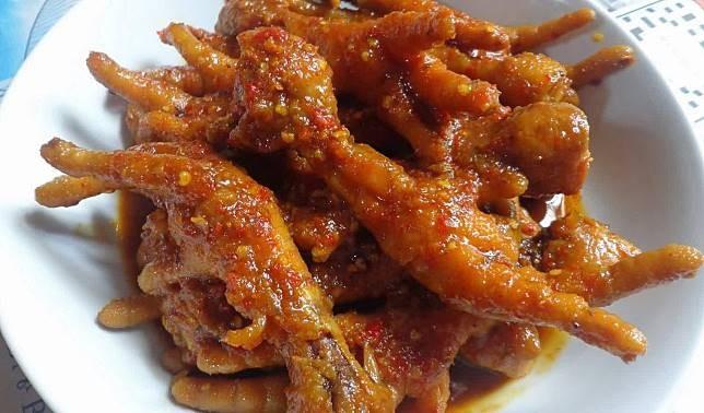 Ceker ayam Ceker dengan bumbu merah yang pedas seperti pada gambar sangat mengunggah nafsu makan bagi pecinta kuliner pedas Indonesia. Namun sayangnya, makanan ini membuat para bule ogah mencicipinya karena dianggap berbentuk aneh untuk dimakan dan dinilai tidak higienis, mengingat ini adalah kaki ayam. Jadi menurut mereka makanan ini nggak layak untuk dijadikan makanan Pulsker.