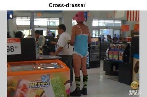 Tingkah konyol berikutnya ditunjukkan oleh pria yang sedang mengantri di kasir nih. Entah apa yang ada di pikirannya kok sampai-sampai baju istrinya dipakai buat belanja.