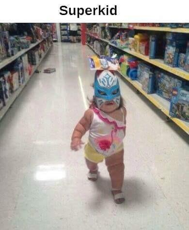 Ini anak siapa lagi, kok keliaran di di supermarket sendirian begini. Ibunya pada kemana?.