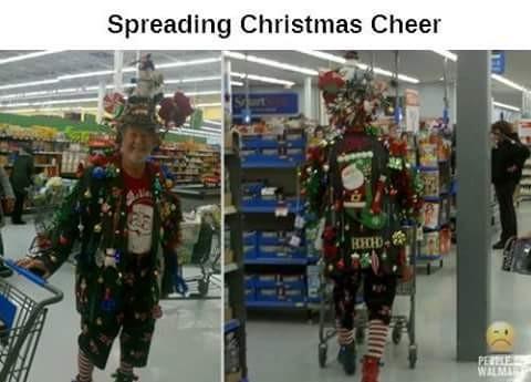 Mumpung masih suasana Natal dan Tahun Baru nih jadi pria ini berbelanja pakai baju ala-ala pohon Natal. Tuh lihat, PD banget dia pulsker.