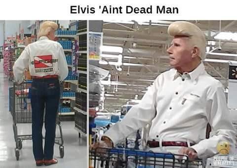 Pria ini pun tak kalah lho. Dia bahkan berdandan ala-ala Elvis Presley dan jadi pusat perhatian orang-orang.