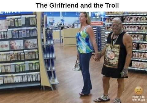 Wanita ini kok mau-maunya jalan sama pria yang aneh begini ya?. Di supermarket pula.