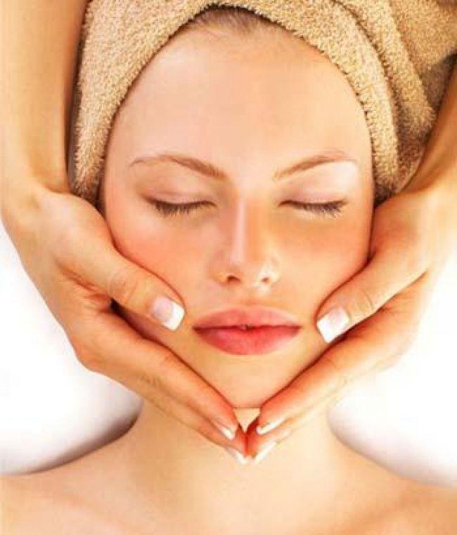 Mengurangi keriput. Metode sederhana ini bekerja seperti ini: es bisa meningkatkan sirkulasi darah dan mencegah penuaan dini dan keriput. Kamu dapat pijat wajah selama sekitar 1 menit setiap hari sebelum menggunakan makeup. Lakukan perawatan ini dengan rutin Pulsker.