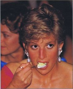 Selanjutnya adalah lakukanlah segala sesuatu sesuai porsinya. Putri Diana mengurangi minum alkohol pulsker, sehingga kulitnya nampak terlihat sehat. Jika kalian merokok atau minum alkohol secara berlebihan, dapat merusak aset kecantikan paling penting, yaitu kulit kita.