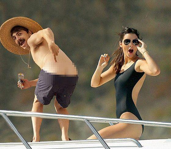 Dalam foto ini seolah-olah Kendall memalingkan wajahnya melihat lelaki yang membuka celana didepannya. Agak jorok sih.