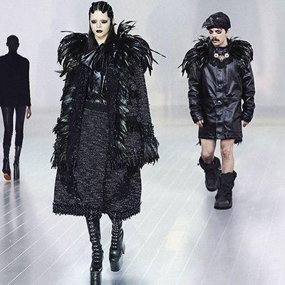 Fix deh, foto yang ini benar-benar gokil. Bukan hanya meniru Kendall berjalan diatas runway, dia juga memakai kostum yang hampir sama dengan anak Katlyn Jenner ini.