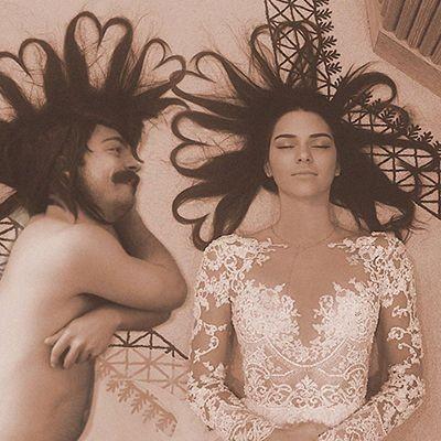Foto ini memperlihatkan gadis cantik sedang tidur menutup mata dan rambutnya dihias berbentuk simbol cinta. Tapi disebelahnya juga ada pria nggak jelas yang melakukan hal yang sama. Untung aja cuma photoshop.