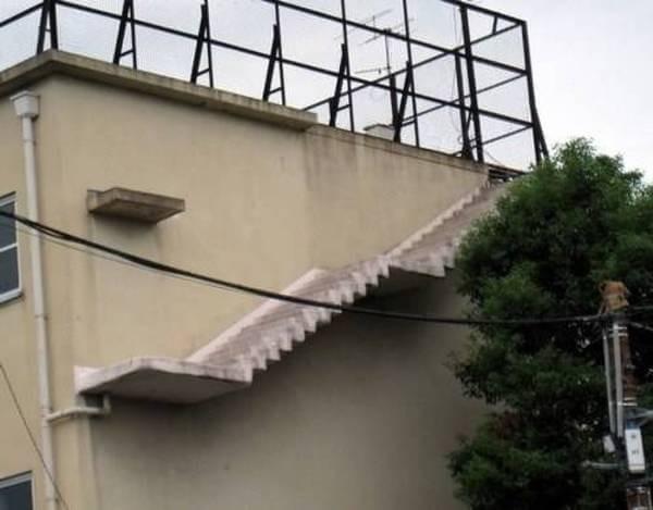 Duh, jadi bingung mau komentar apa buat foto ini. Ada tangga yang menempel diatas sebuah bangunan. Apa fungsinya ya??