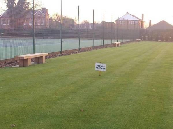 Ini adalah foto lapangan dengan rumput yang hijau. Tapi ada tulisan yang artinya dilarang menginjak rumput. Terus buat apa ada tempat duduk dipinggir lapangan ya Pulsker?