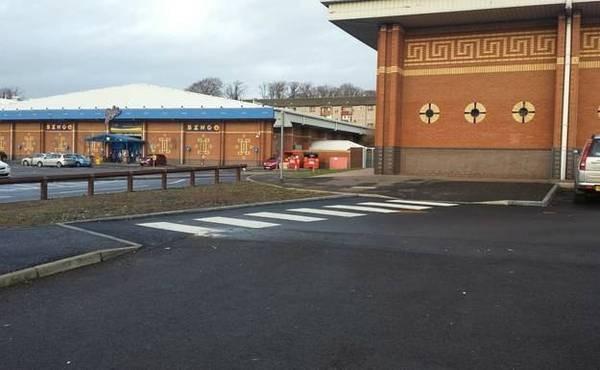 Peraturan lalu lintas mengatakan menyebranglah pada zebra cross. Tapi digambar ini zebra cross disebuah tempat parkir. Mau menyebrang kemana ceritanya nih?
