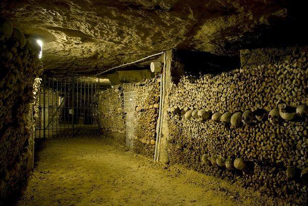 Les Catacombes, Paris Catacombs of Paris adalah sebuah kuburan massal bawah tanah yang ada di paris, perancis. Konon dari cerita orang yang pernah mengunjungi tempat ini mengaku sering bertemu penampakan hantu yang gentayangan dilorong jalan.