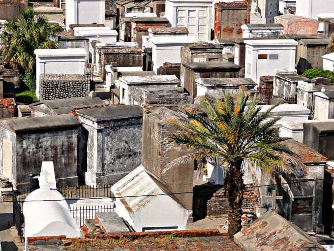 Saint Louis, New Orleans Saint Louis adalah tempat pemakaman yang dikenal sebagai tempat pemakaman dari Marie Laveau. Penduduk setempat mempercayai rohnya selalu gentayangan di pemakaman ini.