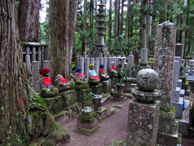 Okuno-in Cemetery, Mt. Koya, Jepang Okuno adalah sebuah desa dengan pemakaman paling angker yang ada dijepang. Situasi menyeramkan disini ditambah dengan terdapat banyaknya patung kecil yang seolah-olah hidup.