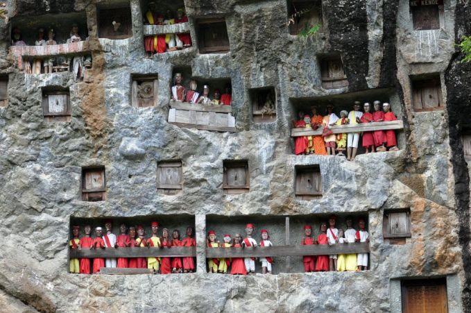 Pemakaman Batu Toraja, Indonesia Nih di indonesia pemakaman yang paling angker ada di Toraja. Orang yang meninggal di toraja akan dimasukkan dalam peti yang kemudian dimasukkan dalam batu lalu dibuatkan patung kayu yang diletakkan tak jauh dari petinya.