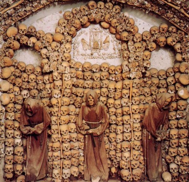 Capuchin Crypt, Roma, Italia Tempat ini sebagai tempat pemakaman bagi biarawan, sebanyak 4.000 biarawan yang meninggal jenazahnya ditata dengan rapi dibawah tanah sebagai hiasan dinding.